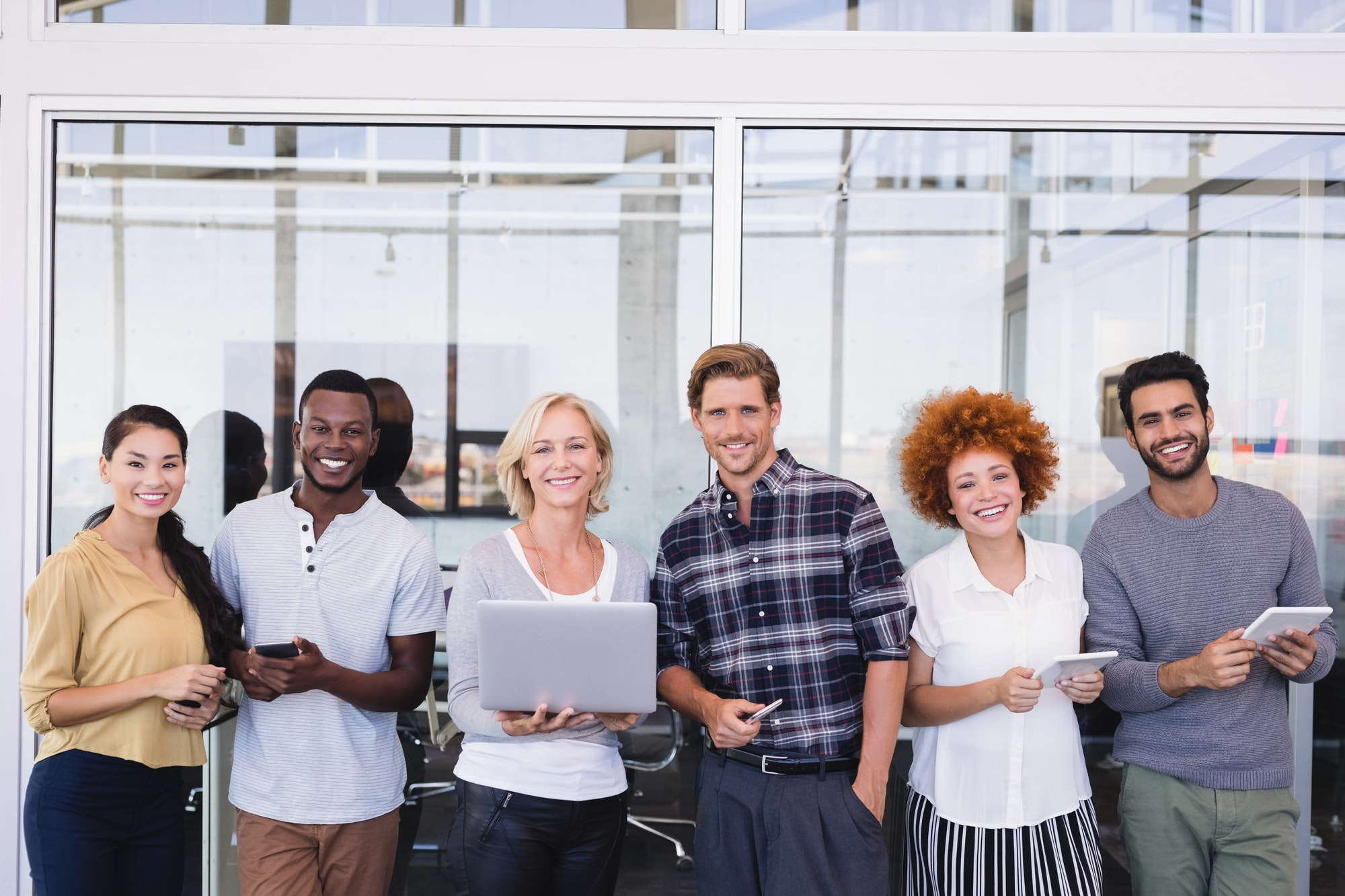 Parkwijck portrait-of-smiling-business-people-with-different-technologies RPO